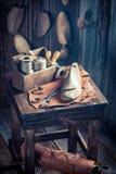 Mały cobbler warsztat z butami, koronkami i narzędziami, obrazy royalty free