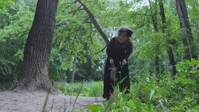 Mały czarownicy odprowadzenie w drewnach zdjęcie wideo