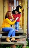 Mały czarownik i jego młoda matka Obrazy Royalty Free
