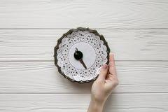 Mały czerń klucz na stalowym talerzu Biała drewniana przestrzeń dla teksta i tło Obraz Stock