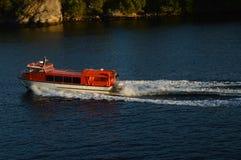 Mały czerwony statek w morzu zdjęcia stock