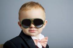 Mały dżentelmen z okularami przeciwsłonecznymi Zdjęcie Royalty Free