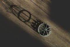 Mały dekoracyjny klatka biel na tle drewnianym cieniu od go i widok od wierzchołka Zdjęcie Stock