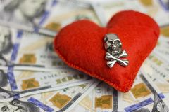 Mały DOF Dolary, serce, śmierć Pojęć uczucia i, niebezpieczna miłość dla pieniądze, okropna zdjęcie stock