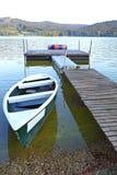 Mały dok i łódź, przy Lipno jeziorem zdjęcia royalty free