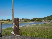 Mały dok przegapia jasną rzekę w Marin okręgu administracyjnym i niebo, Kalifornia fotografia royalty free