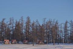 Mały dom blisko lasu na zamarzniętym Jeziornym Khovsgol z niebieskiego nieba tłem Obraz Stock