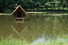 Mały dom dla kaczek po środku jeziora Zdjęcia Royalty Free