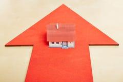 Mały dom na dużej strzała Zdjęcie Royalty Free