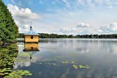 Mały Dom na jeziorze dla pływania w monaste Fotografia Royalty Free
