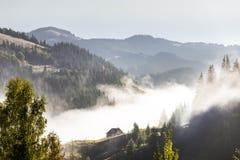 Mały dom na szczyciefal tg0 0n w tym stadium wzgórza na mgły tle Obrazy Royalty Free