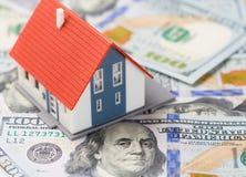 Mały dom nad dolarów banknotami. Hipoteczny pojęcie. Obraz Royalty Free