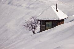 Mały dom otaczający śniegiem Zdjęcia Royalty Free