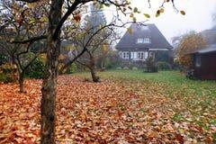 Mały Dom powierzchowność na chmurzącym dniu zdjęcie stock