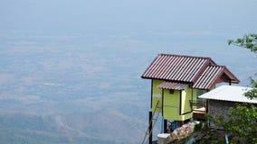 Mały dom przy plateau i plamy tłem Fotografia Royalty Free