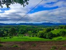 Mały dom w środku dolina wokoło zieleni i gór Zdjęcie Royalty Free