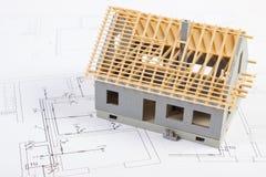 Mały dom w budowie na elektrycznych rysunkach, pojęcie budynku dom Obraz Royalty Free