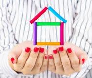 Mały Dom w ręce Obraz Royalty Free