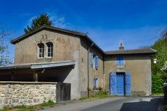 Mały dom z błękitnymi żaluzjami Fotografia Stock