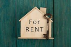 Mały dom z tekstem & x22; Dla rent& x22; i klucz fotografia royalty free