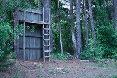 Mały domek na drzewie fort przy krawędzią drewna Obrazy Royalty Free