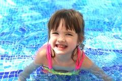 Mały dosyć piękny dziewczyny dopłynięcie w basenu dziecku Zdjęcie Royalty Free