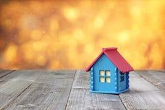 Mały drewniany dom z błękit menchii i ścian dachem Obraz Royalty Free