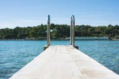 mały drewniany molo przy Chorwackim nadmorski zdjęcie royalty free