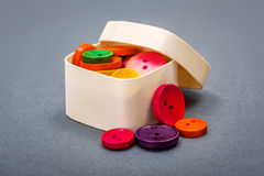 Mały drewniany pudełko z kolorowymi guzikami Zdjęcie Royalty Free