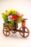 Mały drewniany trójkołowiec i niesie kwiatu fotografia royalty free