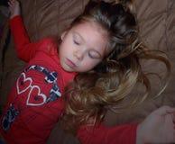 Mały dzieciak zamykał ona oczy, modlenie, marzy w sypialni obrazy royalty free
