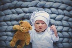 Mały dziecka być ubranym biały kapelusz z taddy niedźwiedziem i ubrania obrazy royalty free