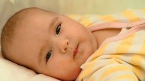 Mały dziecka lying on the beach w jego łóżkowym zakończenie portrecie Zdjęcie Royalty Free