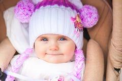 Mały dziecka obsiadanie w spacerowiczu w popołudniu Fotografia Royalty Free