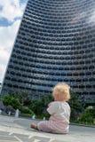 Mały dziecka siedzieć plenerowy w mieście zdjęcie stock