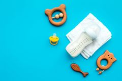 Mały dziecka tło Drewniane zabawki, pacyfikator, butelka, ręcznik na błękitnym tło odgórnego widoku copyspace zdjęcie royalty free