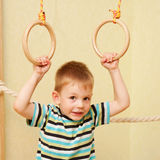 Mały dziecko ćwiczy na gimnastycznych pierścionkach Fotografia Stock