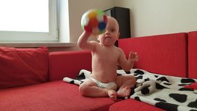 Mały dziecko bawić się piłkę zdjęcie wideo