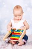 Mały dziecko bawić się z abakusem Fotografia Stock