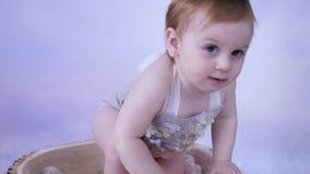 Mały dziecko dostaje up, rozwój i nowe umiejętności berbeć w eleganckim odziewają zbiory