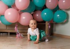 Mały dziecko, dziewczyna, dziecko, siedzi na podłoga w białej i błękitnej sukni, przeciw tłu błękita i menchii powietrze, gel pił fotografia royalty free