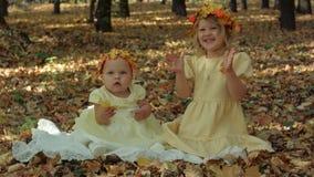 Mały dziecko i dziewczyna w jesień parku obraz stock