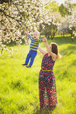 Mały dziecko na rękach matka kobieta bawić się z dzieckiem outside zdjęcie stock
