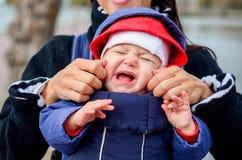 Mały dziecko płacz w parku fotografia royalty free