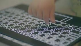 Mały dziecko pisać na maszynie z jeden palcem na nowożytnej komputerowej klawiaturze zdjęcie wideo