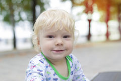 Mały dziecko uczy się chodzić blisko ławek, berbeć Obraz Royalty Free