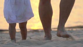 Mały dziecko uczy się chodzić pierwsze kroki Zwolnionego Tempa 120 fps Ojciec uczy on dziecka, mała dziewczynka robić pierwszy zdjęcie wideo