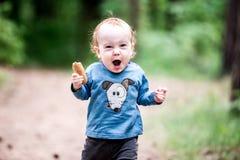 Mały dziecko w lesie, rozkrzyczany wyrażenie fotografia stock