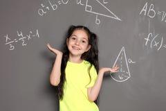 Mały dziecko w wieku szkolnym i matematycznie formuły obrazy royalty free
