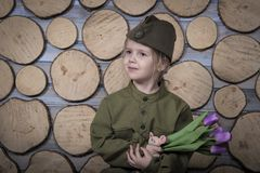 Mały dziecko w wojskowym uniformu dla zwycięstwo dnia wakacje fotografia stock